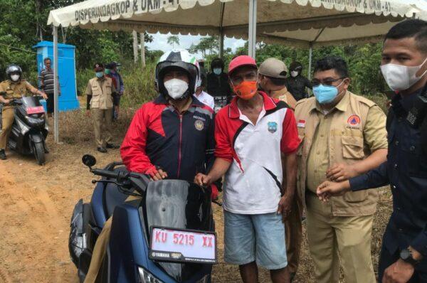 Gubernur Kalimantan Utara Resmikan Posko Covid-19 di KM 57 dengan Kendarai Motor